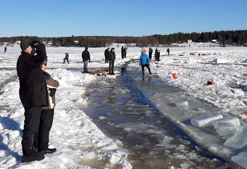 Jääkarusellin ME-yritys keräsi upeaan mutta upottavaan talvimaisemaan Lappajärvelle runsaasti talkoolaisia. Kuva on sunnuntailta, jolloin liikettä saatiin aikaiseksi vasta vähän. Sitkeys palkittiin lopulta maanantai-iltana.