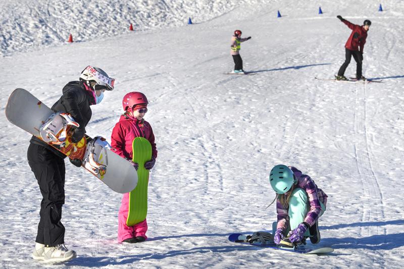 Jenny Järvelän johdolla lumilaudalla laskemista opettelivat Iida ja Venla Virkkala.