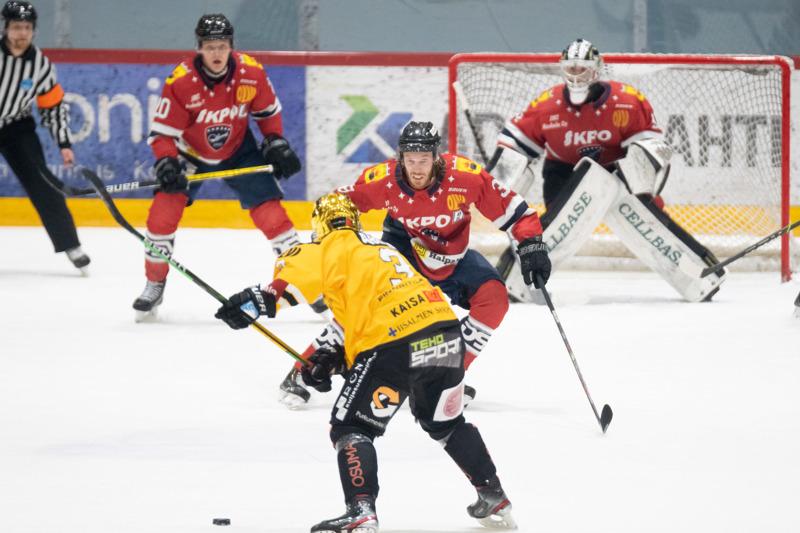 """Hermes ja IPK kohtaavat """"taas"""" Kokkolan jäähallissa. Kotijoukkueen Jesper Ahlgren peitti laukausta 16.10. käydyssä ottelussa."""