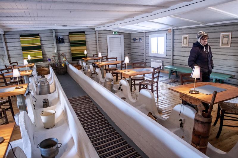Wörlinit muuttivat vanhan navetan juhlatilaksi. Vanha ruokintapöytä säilytettiin, ja pikkupöytien jalat on valettu eläinten juomakuppien kohdalle.