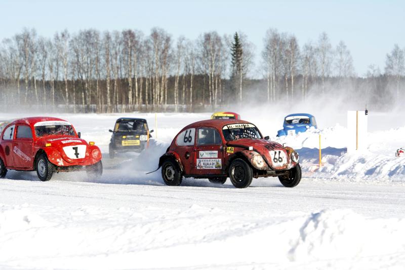 Jääradalla ajaminen poikkeaa kesäkelin radoista. Pito radalla on aivan toista maata, ja lähdön merkitys korostuu.