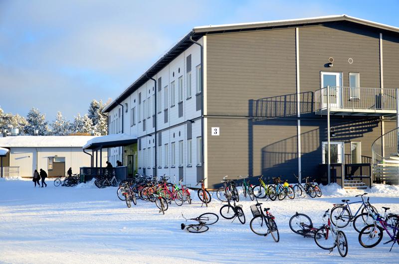 Peruskoulut jatkavat lähiopetuksessa. Kuvassa Ylivieskan Jokirannan koulu, joka oli helmikuussa myös hetken etäopetuksessa koronatartuntojen vuoksi.