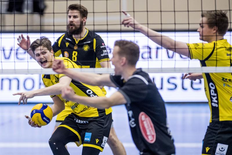Kuka on oikeassa? Pallon napanneen Jere Mäkisen mielestä Loimun ex-tiikeri Lasse Jylhä on ainakin väärässä.