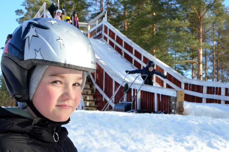 - Liukas vauhdinottolatu, Soila Hyväri sanoo tämän kauden mäkiennätyksensä salaisuudeksi. Lakeuden Ponnistukselle kerhologon suunnitellut Hyväri ponnistaa mäestä rennosti, joten sekin edesauttaa pitkää ilmalentoa.