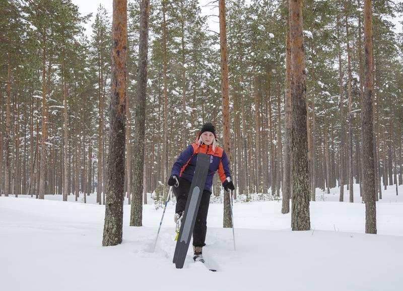 Tuulia Kukkonen esittelee liukulumikenkiä. Pohjassa keskellä on pitoa tuova karvapinta.