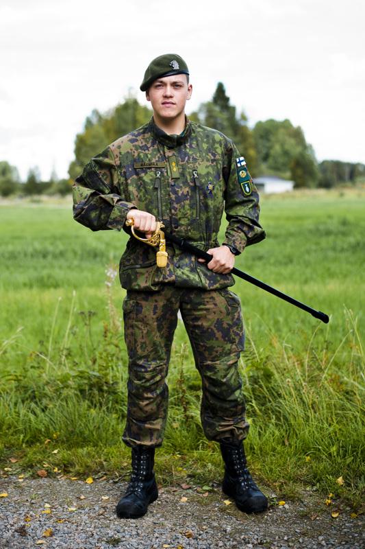 Nimipäiväsankari Arsi Mäenpää palkittiin viime syksynä tiettävästi ensimmäisenä nivalalaisena reserviupseerikurssin priimuksena.