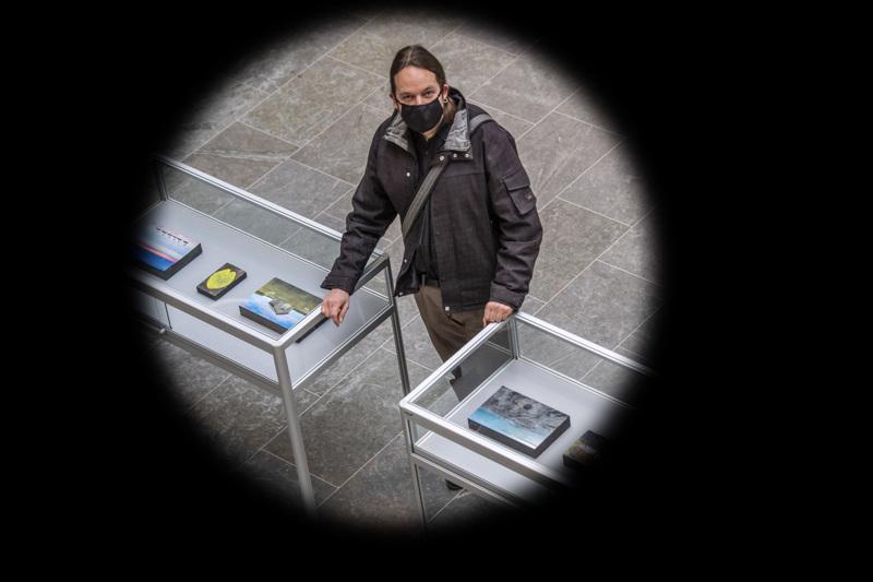 Joni Virtasen töissä on läsnä ikuisuus, joka muuttaa ellipsinkin pyöreäksi muodoksi.