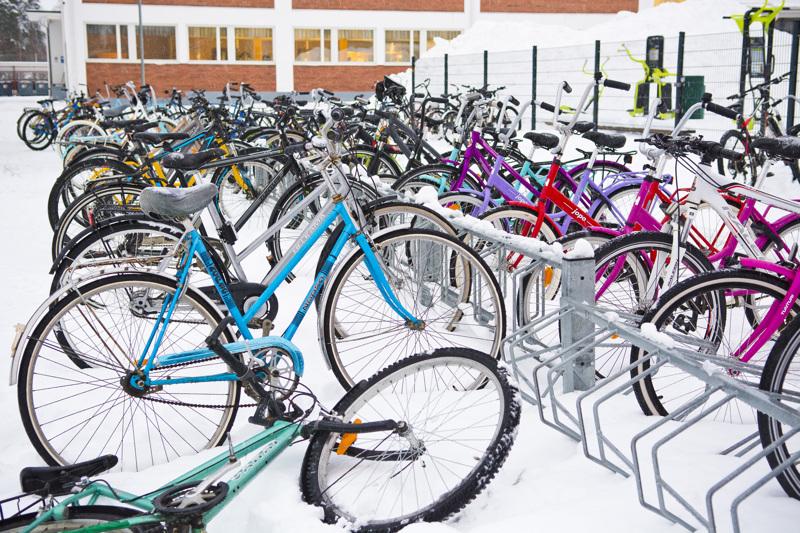 Niva-Kaijan koulun pihalla nähdään polkupyöriä jatkossakin, sillä koulun väki pysyy lähiopetuksessa.