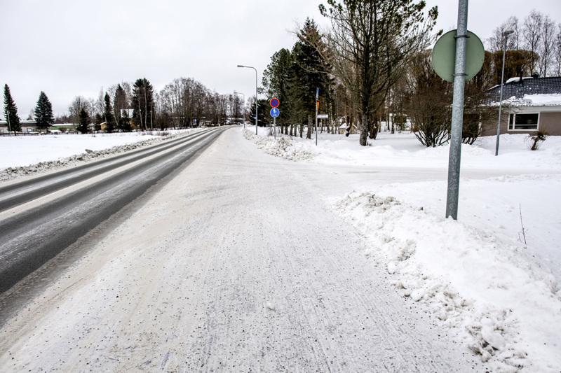 Kokkolalaistyttö jäi auton töytäisemäksi  Ventuksentiellä Skrabbintien kohdalla.