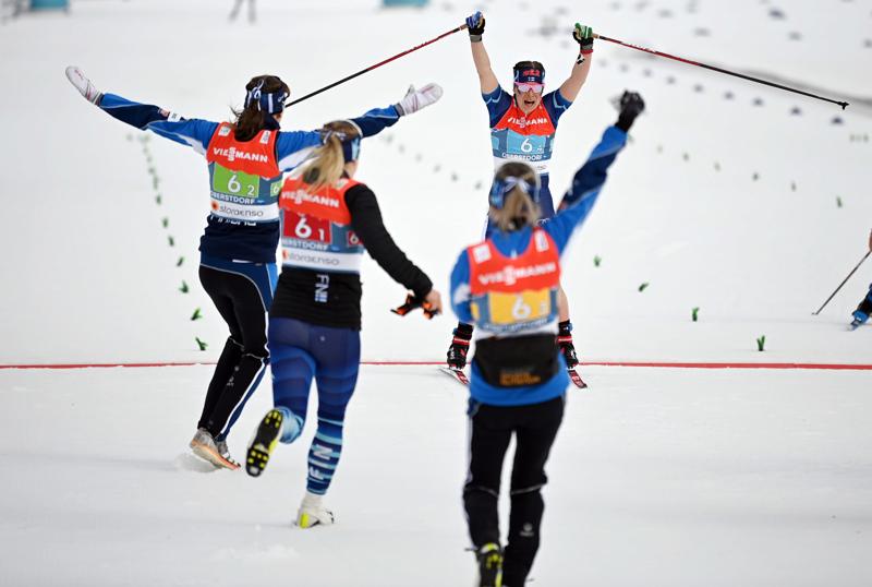 Krista Pärmäkoski sinetöi Suomelle riemukkaasti MM-mitalin 4x5 kilometrin viestissä.