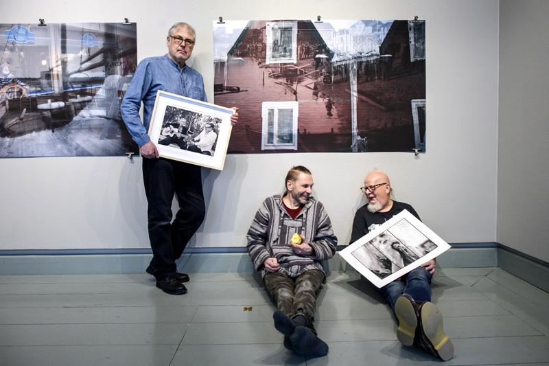 Project Yxpihlaja on Michael Neunstedtin, Jari Eklundin ja Rune Snellmanin yhteistyötä. Taustalla Eklundin teoksia.