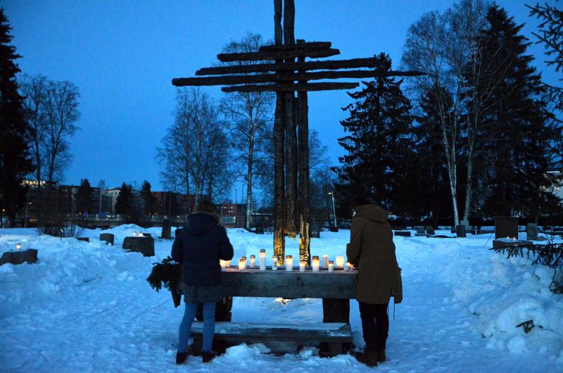 Muistokynttilät syttyivät perjantai-iltana Ylivieskan kirkonraunioilla.