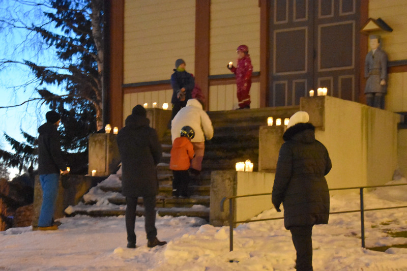 Kynttilöitä tuotiin Kannuksessa tapulin portaille.