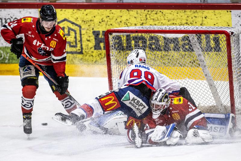 Ketterän Karri Rämö ja Hermeksen maalivahti Joel Blomqvist toteavat Erik Ahopellon vievän kiekon.