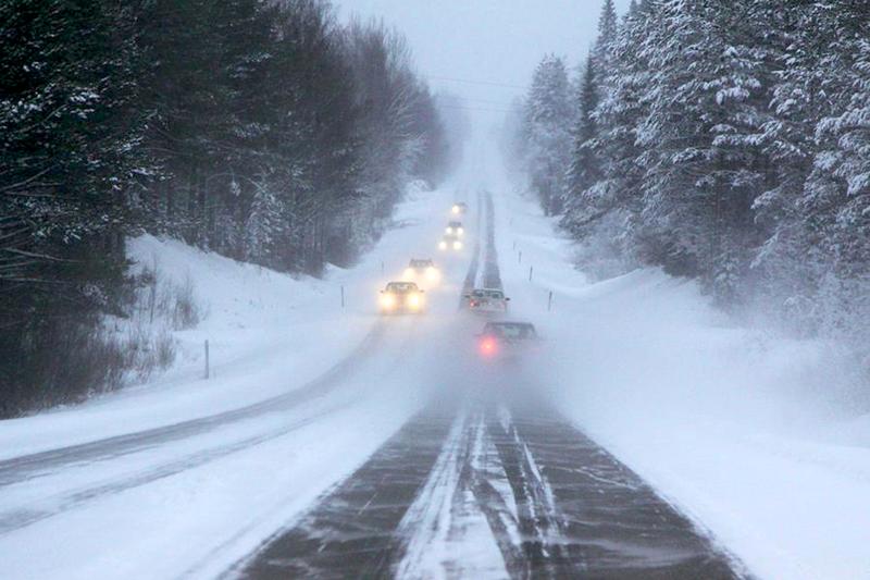 Liikennekeskus varottaa lumisateen ja pöllyävän lumen huonontamasta ajokelistä koko maassa.