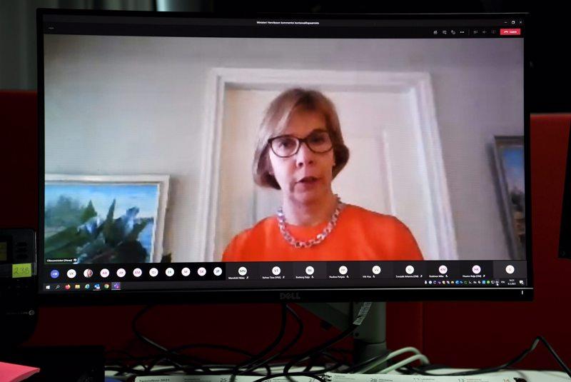 Oikeusministeri Anna-Maja Henriksson piti Pietarsaaresta etänä Teams-tiedotustilaisuuden kuntavaalien siirtymisestä.