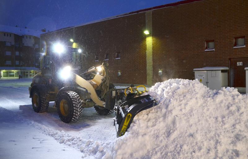 Lauantai-illan lumimyrskyn jälkiä on puhdistettu koko yö ja vielä sunnuntaiaamullekin riitti puhdistettavia pihoja.