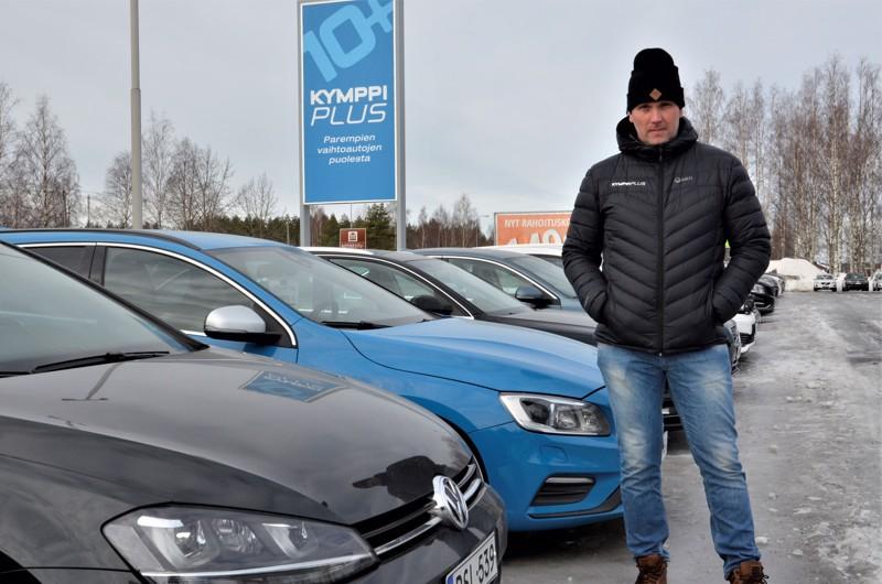 Perheautoksi sopivat Volvot ovat myyntipäällikkö Antti Viljamaan mukaan suosituimpia kotiovelle toimitettavista autoista. Käytettyjä autoja KymppiPlussan varastoissa on noin 350, niistä 100 Ylivieskassa.