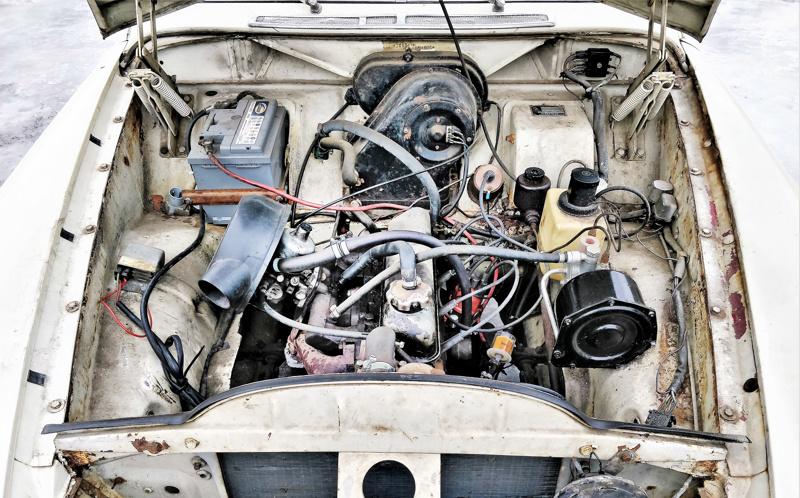 Konepellin alla voimanlähteenä on 1,8-litrainen moottori.