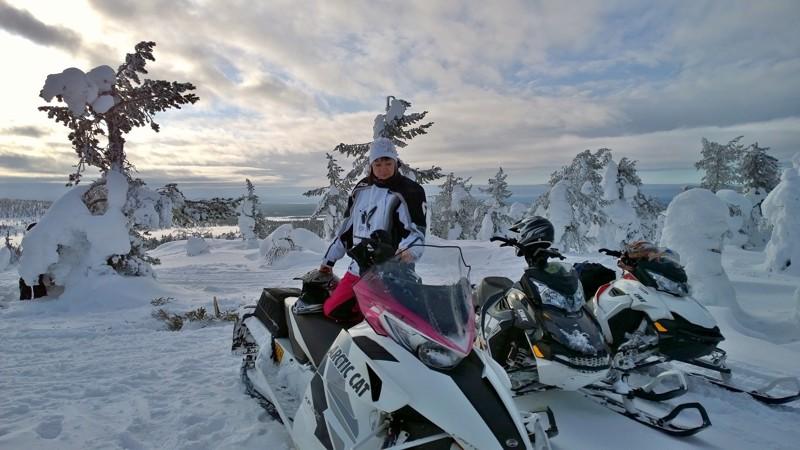 Jonna Sario nauttii moottorikelkkailussa erityisesti upeista tunturimaisemista. Kuvassa hän on Lumivaaran huipulla Ruotsissa.