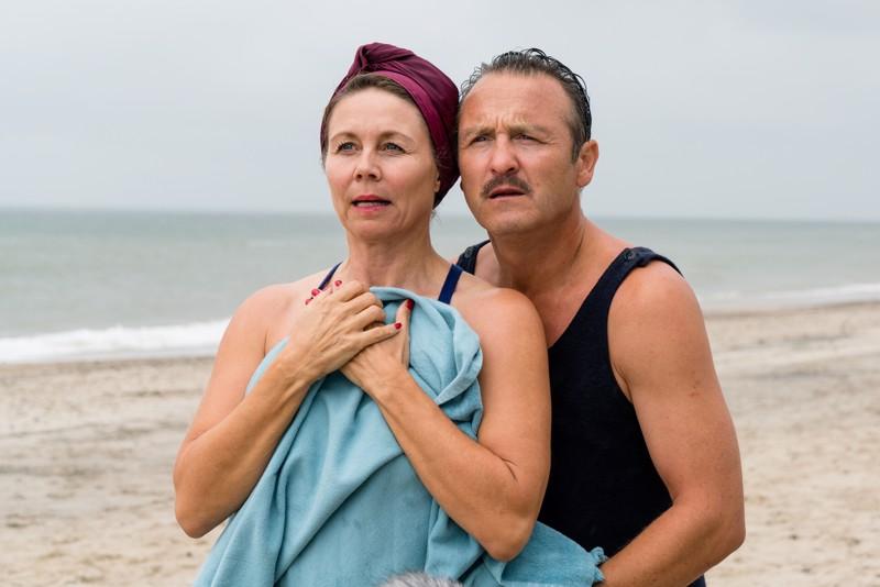 Anne Louise Hassing ja Lars Ranthe rannalla.