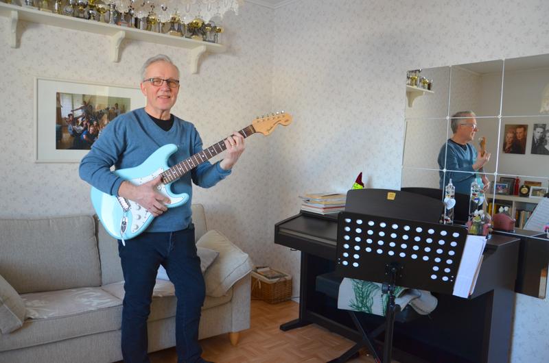 Onnea! Torstain nimipäiväsankari Kalervo Lamu on itse rakentanut soittamansa kitaran.