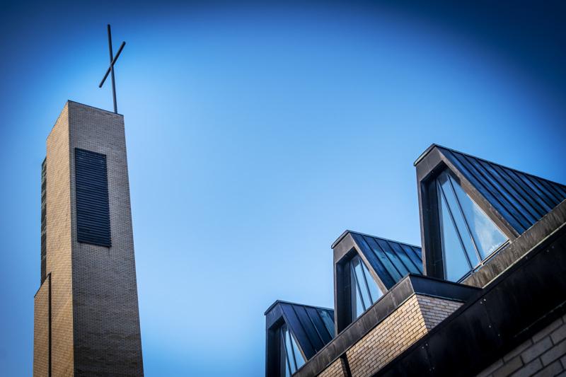 Yksi risti, monta tulkintaa. Kokkolan suomalaisessa seurakunnassa päätöksenteko virkanimityksissä on voimakkaasti jakautunut.