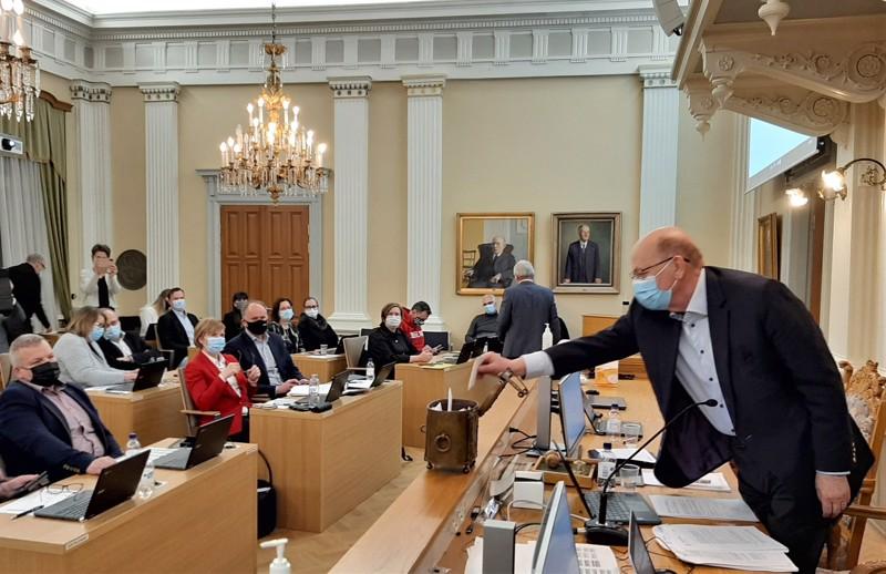 Kuparista vaaliuurnaa käytettiin kaupunginvaltuustossa viimeksi helmikuun kokouksessa kun Pietarsaarelle valittiin uusi kaupunginjohtaja. Suljetussa lippuäänestyksessä vuorossa kaupunginvaltuuston puheenjohtaja Peter Boström.