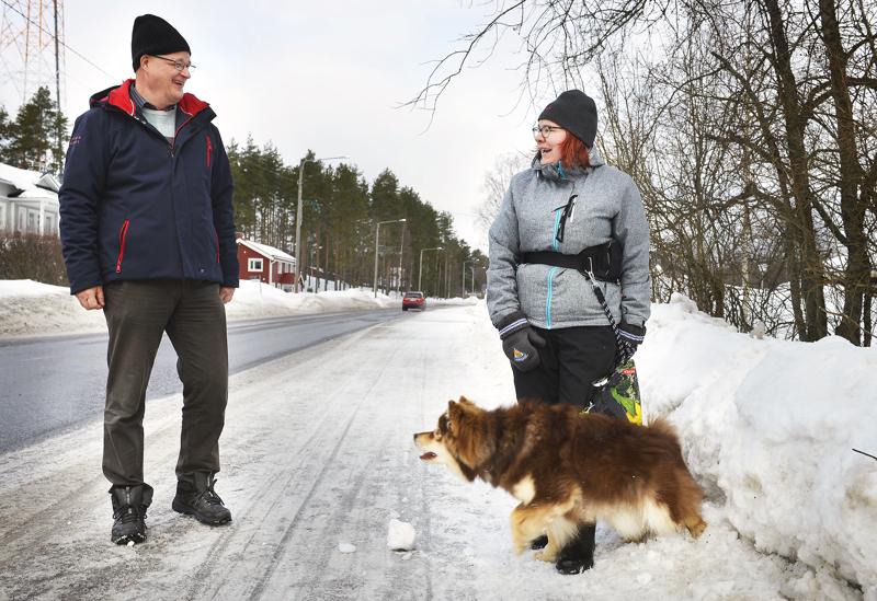 Lastenhoitaja Aino-Maija Ylikoski tapasi lenkillä Topi-koiransa kanssa Halsuan kunnanjohtaja Jari Penttilän. Ylikosken arjessa lähiluonnossa liikkuminen on lisääntynyt.