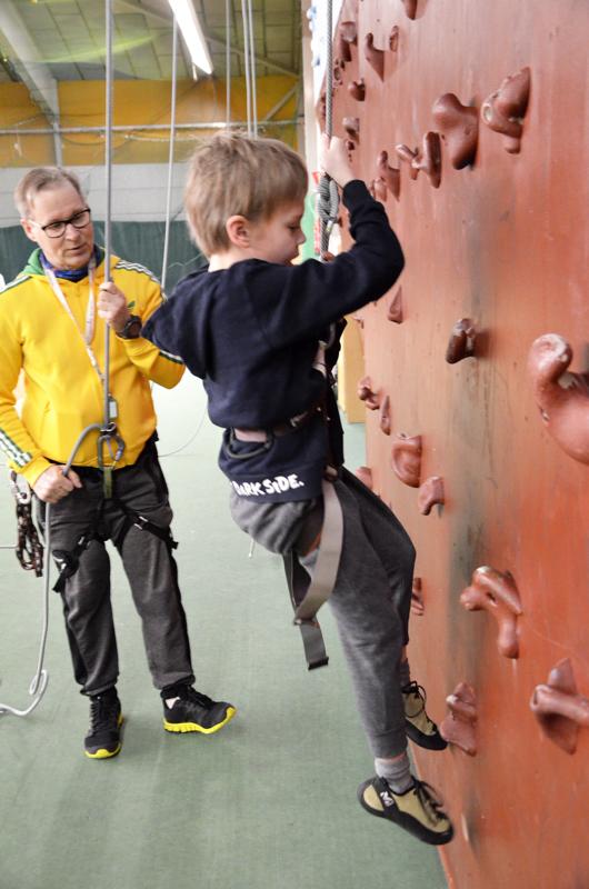 Pohjois-Pohjanmaan kesäyliopisto järjestää Ylivieskassa ensimmäistä kertaa seinä- ja kalliokiipeilyn ohjaajakursseja.