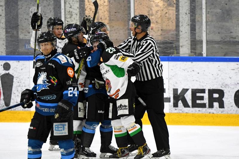 Nivala Cowboysin ja YJK:n mittelössä sattui ja tapahtui tälläkin kertaa, kun kuvan paikallisottelussa viime lokakuussa.
