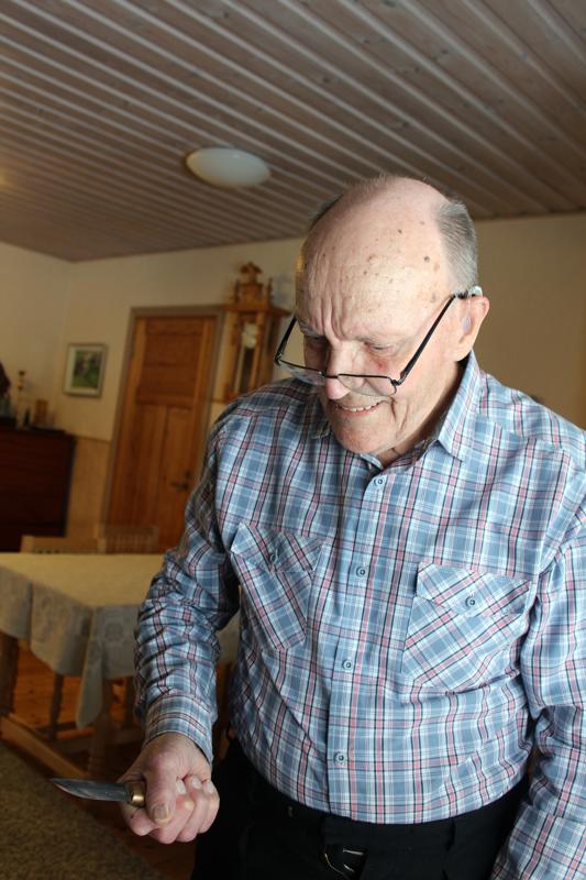 Hilliaho on taivuttanut sekä puuta että terästä. Sodan jälkeen hän opetteli parrunveiston serkkupojaltaan ja kulki veistohommissa lähipitäjissä. Myöhempien vuosien tavaramerkkinä ovat olleet puukot, joita Hugo on takonut satoja.