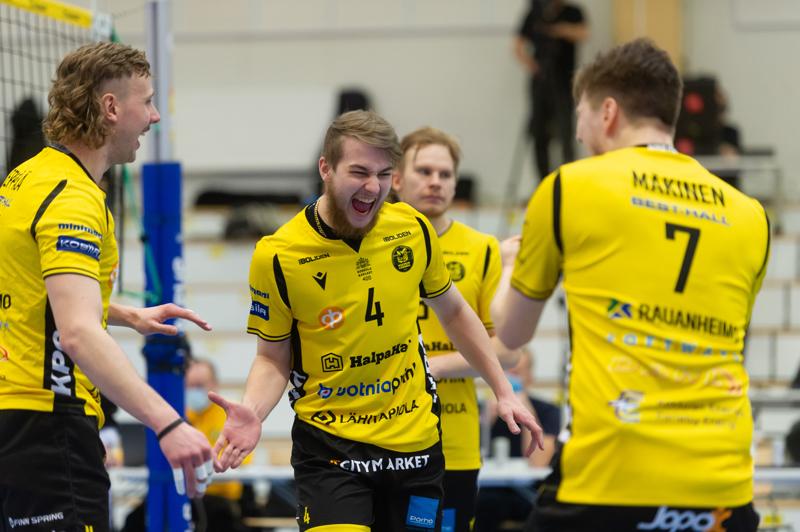 Tiikerit pelaa mitaleista. Puolivälierissä kaatui vahva Akaa-Volley ja välierissä vastaan tulee VaLePa. Kuvassa Antti Leppälä, Anton Välimaa, taustalla Antti Ropponen ja selin Jere Mäkinen.