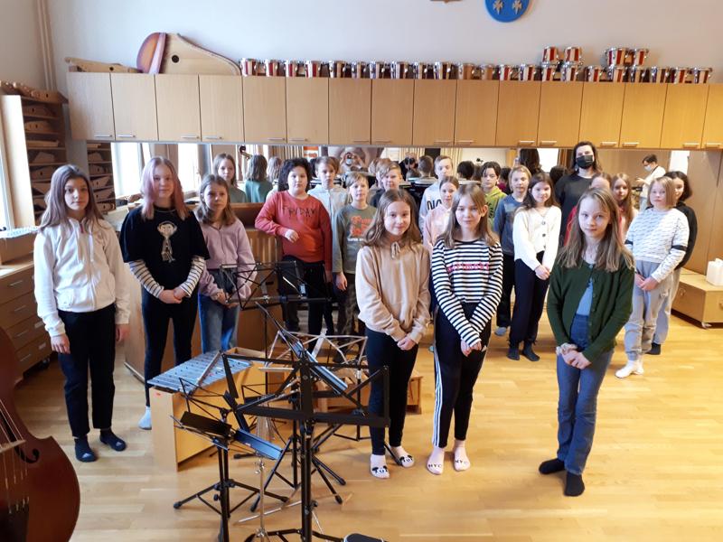 Nuoret säveltäjät. Kuvassa on Mäntykankaan 5M-luokka, joka osallistui Keski-Pohjanmaan Kamariorkesterin järjestämään sävellyspajaan. Sävellyspajaan osallistui myös 6M-luokka. Oikealla koordinaattori Niina Hannula.