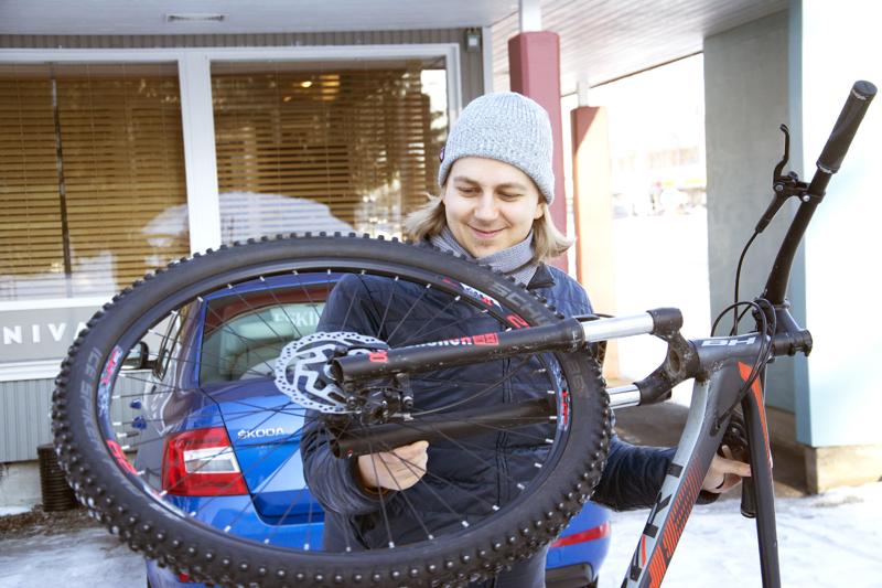 Nivala-lehden vt. päätoimittajan Eetu Kupulisojan aika kuluu pyörän satulassa maisemista nauttien.