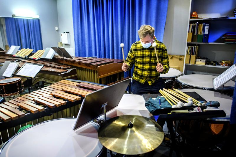 Sakari Viitala sai jo kolmivuotiaana omat rummut. Lyömäsoittajan soitinvalikoima on laaja.