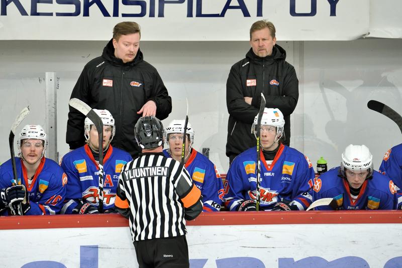 Loppuratkaisu jäi luonnollisesti harmittamaan JHT:tä, jonka valmentaja Jesper Jalonen (takana vasemmalla) neuvottelee optiostaan seurajohdon kanssa.