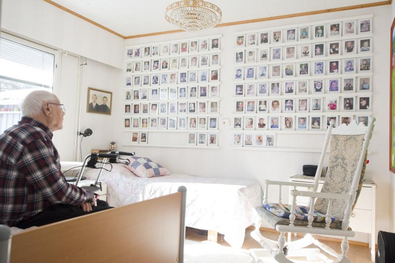 Erkki ja Sinikka Palolan yhdellä seinällä on kuvat kaikista heidän 133 lapsenlapsestaan nimien ja syntymäaikojen kera.