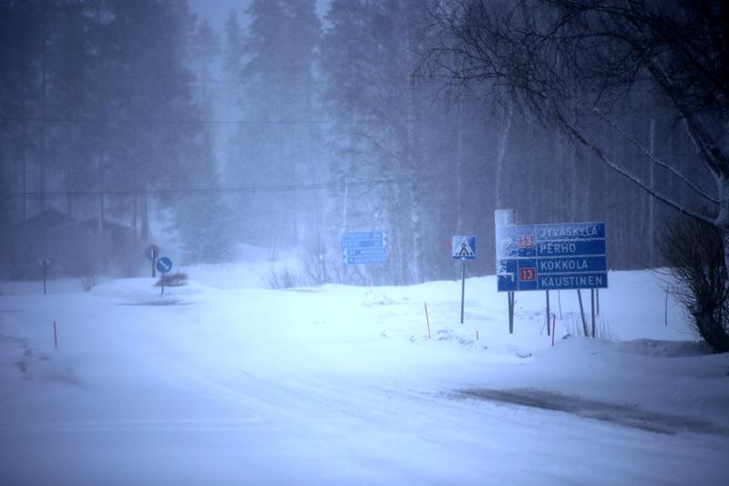 Sunnuntai valkeni puuskaiseen tuuleen ja lumipyryyn. Näkymä valtatie 13:lle Vetelissä.