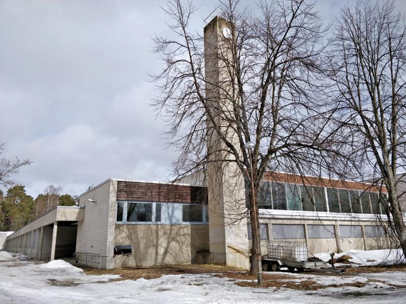 Pursisalmen koulu kuvattuna maaliskuussa 2019, jolloin rakennusta oli alettu purkaa sisäpihan puolelta.