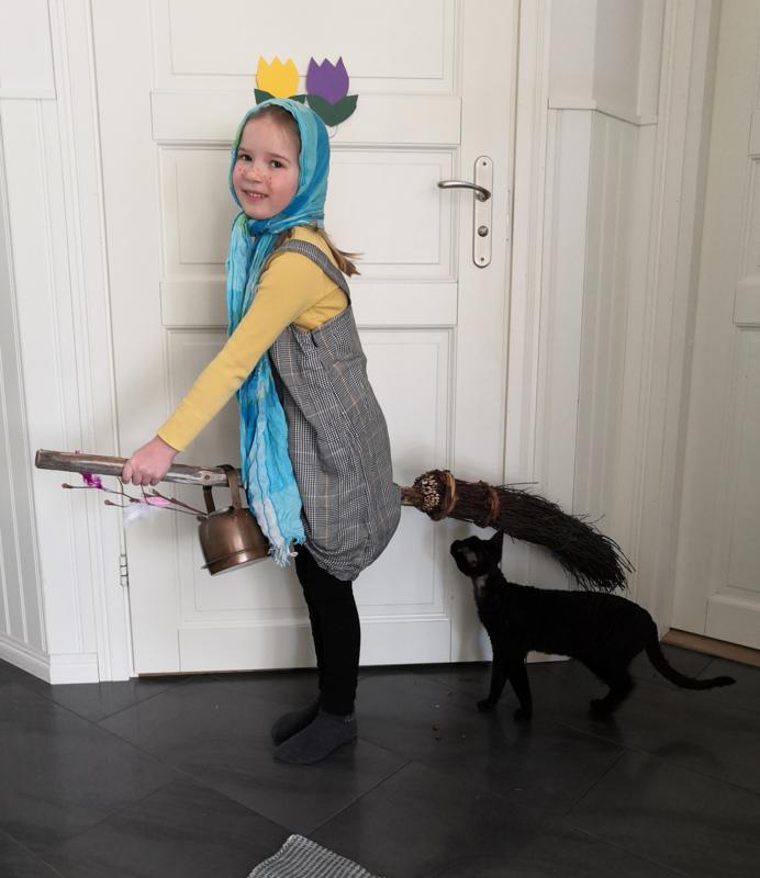 Pääsiäistä kohti. Trullina Vanessa Vidjeskog, 6, ja apuna Graniitti-kissa.
