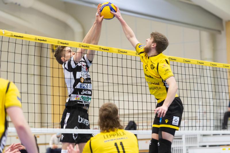 Kauden viimeinen taisto edessä. Lauantaina Tiikerit pelaa pronssiottelun Vantaa Ducksia vastaan. Välierässä pallosta väänsivät Tiikereiden Anton Välimaa ja VaLePan Sakari Mäkinen.