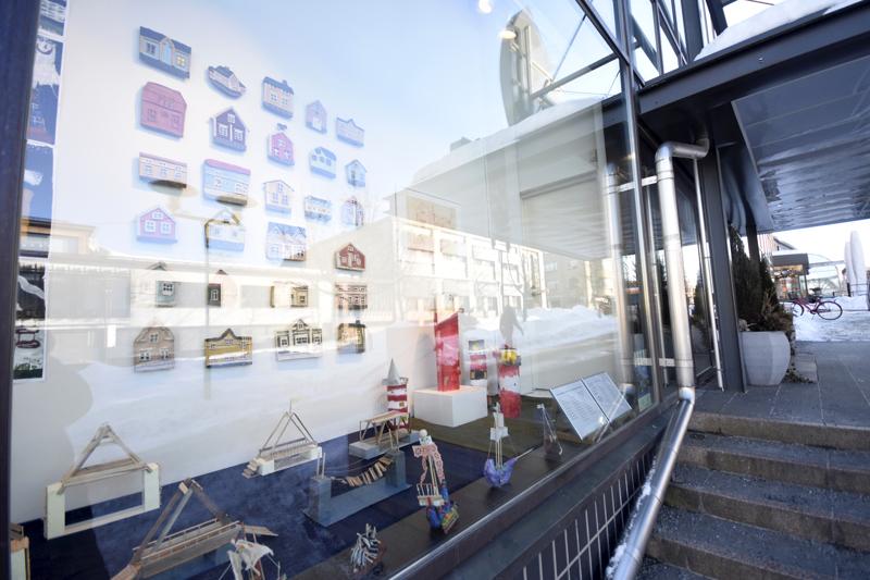 Lasten ja nuorten kuvataidekoulun Kokkola-aiheisia teoksia voi ihastella kauppakeskus Chydenian näyteikkunassa.