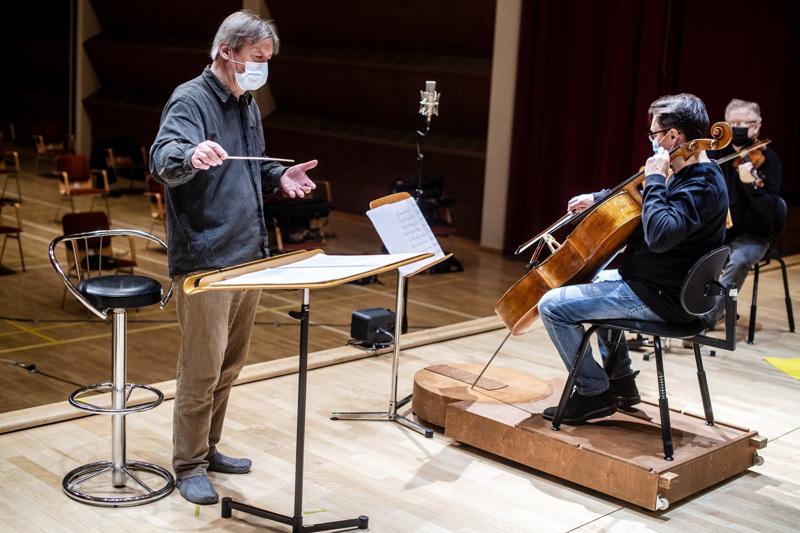 Juha Kangas ja Marko Ylönen iloitsevat, että Snellman-saliin pääsee 20 kuulijaa paikan päälle. Konsertin energia on silloin erilainen kuin pelkässä striimikonsertissa.
