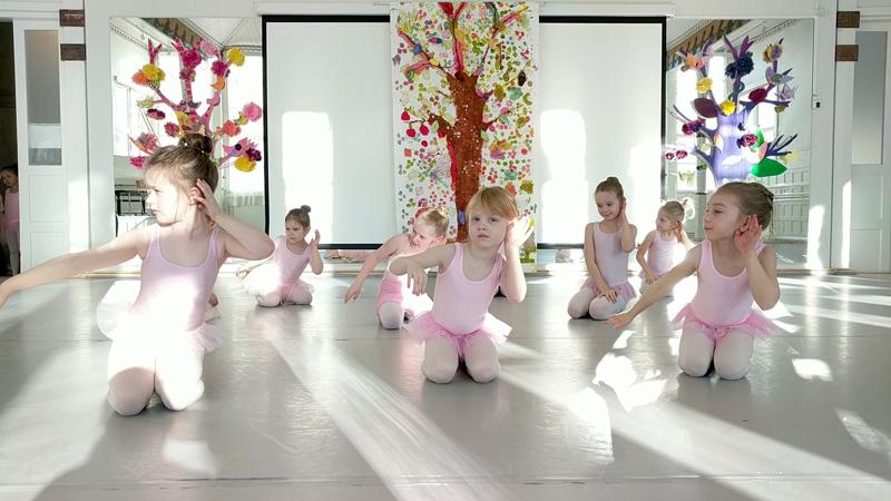 Esibalettiryhmän 6-7-vuotiaat tanssijat pääsivät tulkitsemaan Sävelsäkin kappaleen. Taustalla käsityökoululaisten tekemiä puusomisteita.