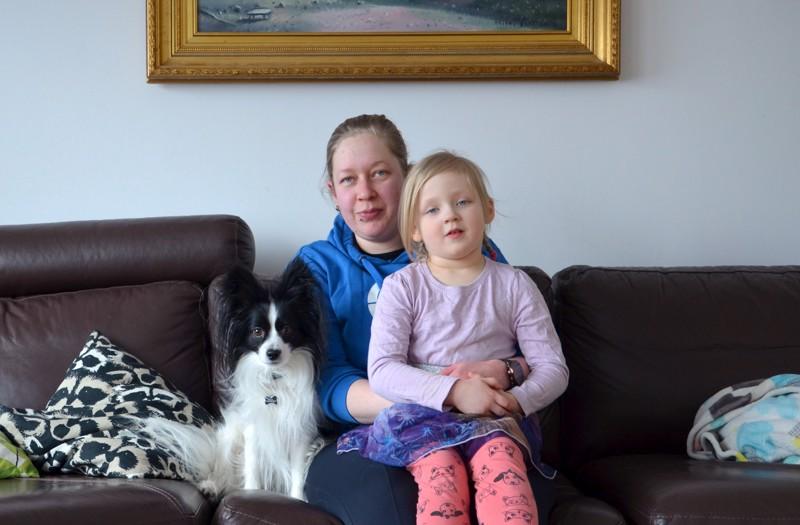 Onnea! Oona-tytär ja Jymy-koira kuuluvat tiiviisti seminologi Aija Niemosen vapaa-aikaan.