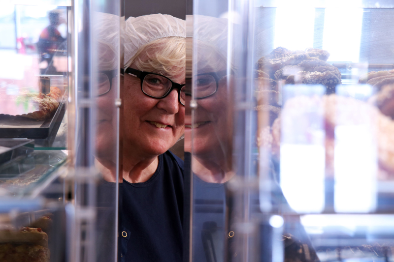 Anne-Maarit Hästbacka on työskennellyt Pesolan leipomossa yli 45 vuotta. Viimeinen työpäivä on huomenna perjantaina.
