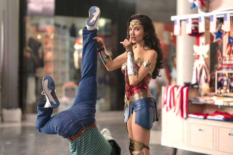 Wonder Woman 1984 (Gal Gadot) iskee silmää naisyleisölle. Mieskonnille koittaa Ihmenaiselta kunnon kurmoitus.