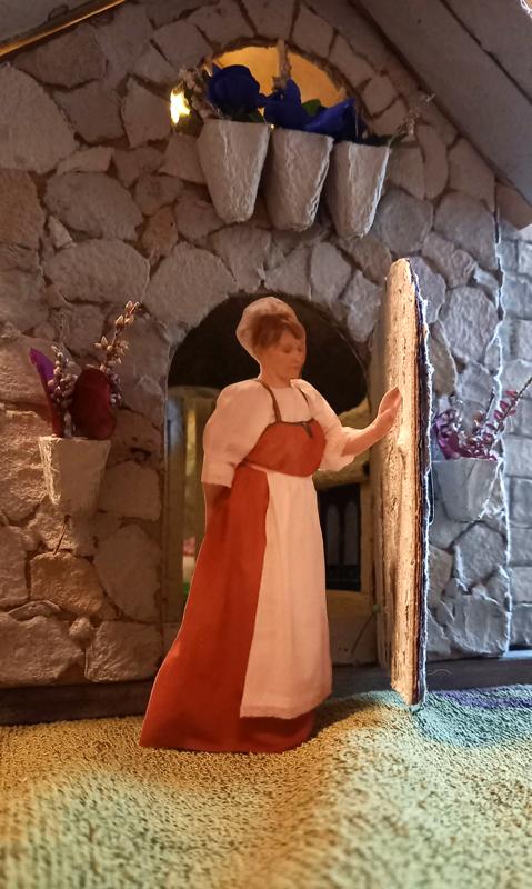 Kuin Lumikki. Lady of the house kotinsa ovella karjalaisessa fereesissä.