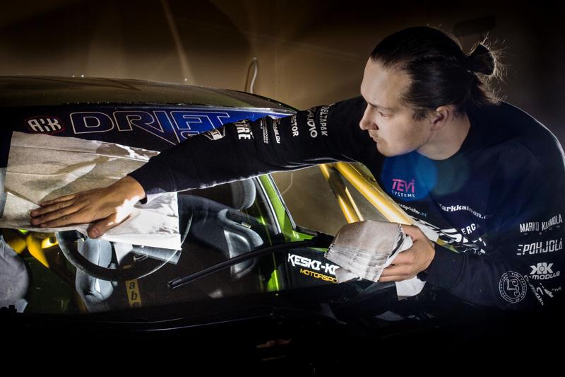 Driftingin SM-hopeaa ajanut Mika Keski-Korpi toi moottoriurheilun pitkästä aikaa Ylivieskan palkintolajien joukkoon.